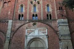 Pavia-San-Pietro-in-ciel-doro-facciata-mattoni-auto-polizia