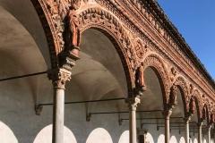 Certosa-di-Pavia-chiostro-colonnine-statue-mattoni