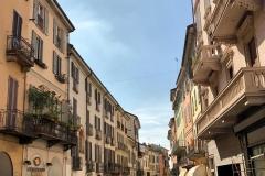 Pavia-Corso-Strada-Nuova-via-centro-persone-palazzi-colorati