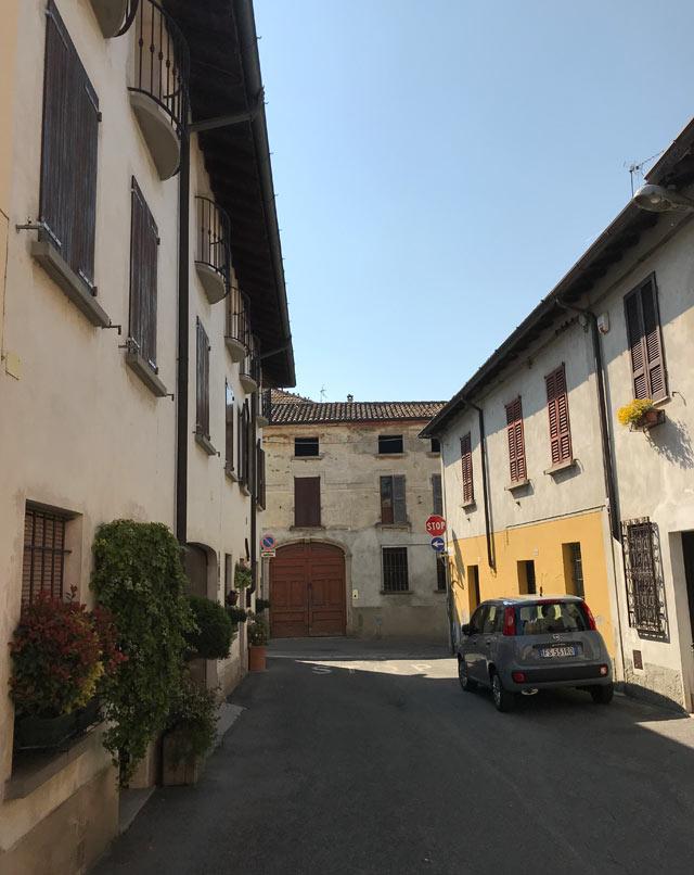 borgo-di-soncino-via-con-case-colorate