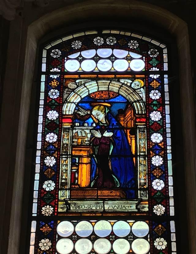 chiesa-di-san-giacomo-soncino-vetrata-con-annunciazione-di-maria-di-fra-ambrosino-de-tormoli