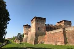 castello-di-soncino-a-cremona-in-mattoni-e-col-cielo-blu