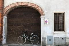 via-di-soncino-con-portone-e-bicicletta