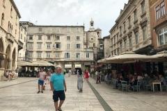 piazza-del-popolo-spalato-turista-che-passeggia