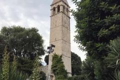 campanile-nel-verde-accanto-alla-porta-aurea-di-spalato-croazia