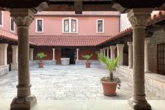 chiesa-di-san-francesco-spalato-chiostro-con-esili-colonne