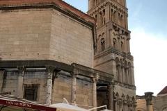 cattedrale-di-san-doimo-spalato-vista-dallesterno-turisti-che-passeggiano
