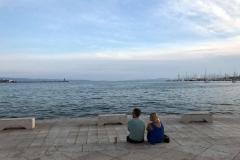 innamorati-guardano-il-mare-dal-porto-di-spalato