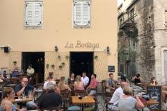 la-bodega-spalato-bar-con-tavoli-allaperto-con-turisti