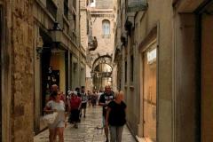 palazzo-di-diocleziano-spalato-turisti-che-camminano-tra-le-vie