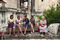 palazzo-di-diocleziano-spalato-turisti-si-riposano-sulle-rovine