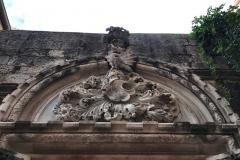 palazzo-papalic-frontone-gotico-ingresso-scolpito-entrata-al-museo-di-spalato