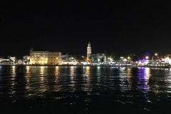 panorama-notturno-di-spalato-dal-porto-luci-riflesse-nel-mare
