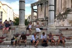 peristilio-spalato-persone-che-si-riposano-sedute-sui-gradoni