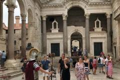 peristilio-spalato-soldato-romano-in-uniforme-tra-i-turisti