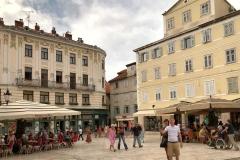 piazza-del-popolo-spalato-turista-si-fa-un-selfie