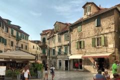 piazza-della-frutta-scorcio-con-le-tradizionali-case-in-pietra-e-imposte-verdi