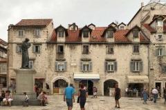 piazza-della-frutta-spalato-croazia-statua-di-marco-marulic-ivan-mestrovic