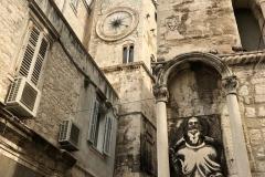 porta-ferrea-palazzo-di-diocleziano-spalato-statua-di-santo-e-campanile-con-orologio