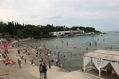spalato-croazia-spiaggia-di-bacvice-persone-che-fanno-il-bagno