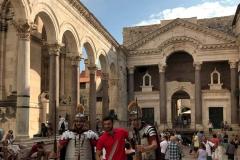 turista-fa-una-foto-con-due-soldati-romani-nel-peristilio-di-spalato