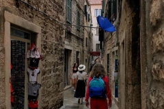 turisti-che-camminano-tra-le-vie-del-palazzo-di-diocleziano-a-spalato