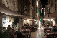 turisti-che-mangiano-nei-tavolini-allaperto-a-spalato-nel-palazzo-di-diocleziano