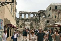 turisti-passeggiano-tra-le-vie-del-palazzo-di-diocleziano-a-spalato-croazia