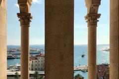 vista-dal-campanile-di-spalato-tra-le-colonne-mare-azzurro-porto