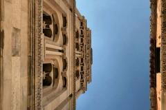 vista-del-campanile-di-spalato-dal-basso-cielo-blu