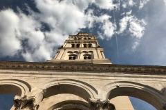vista-del-campanile-di-spalato-dal-basso-tra-le-nuvole