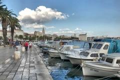 vista-di-spalato-dal-porto-barche-ormeggiate-palme