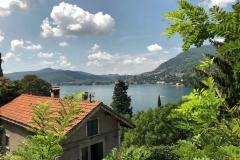 Blevio-vista-sul-lago-di-como-casa-tetto-vegetazione-nuvole