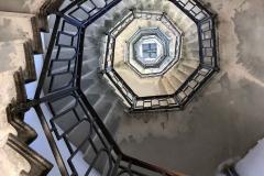 Brunate-como-faro-voltiano-ringhiera-scalinata-dal-basso-effetto-psichedelico