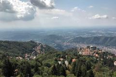 Brunate-panorama-dal-faro-voltiano-verso-il-paese-nuvole-case-ville-vegetazione