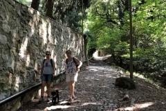Brunate-sentiero-nel-bosco-per-raggiungere-il-faro-voltiano-due-persone