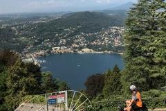 Brunate-vista-sul-lago-di-como-ciclista-villa-olmo-tetti-rossi-case