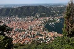 Como-vista-dal-belvedere-di-brunate-case-tetti-rossi-lago-porto-duomo-stadio