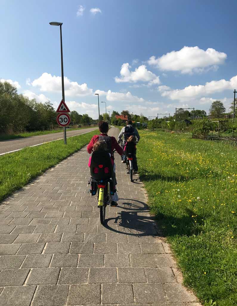 famiglia-in-bicicletta-su-una-pista-ciclabile-in-olanda