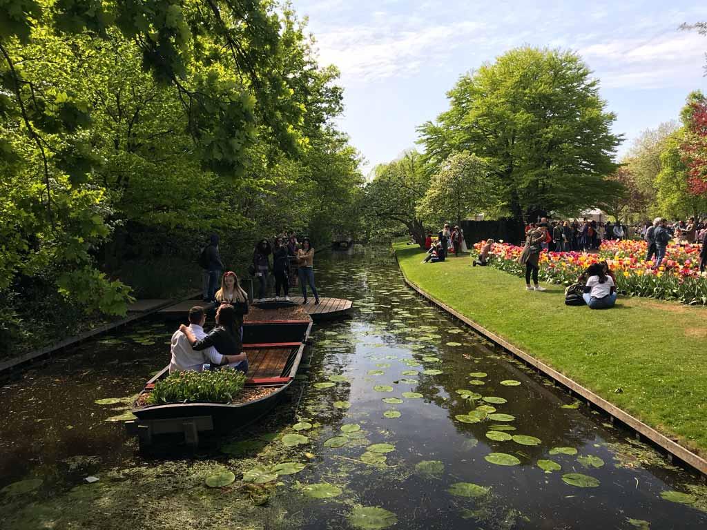 parco-keukenhof-lisse-olanda-coppia-di-innamorati-fa-una-foto-in-barca