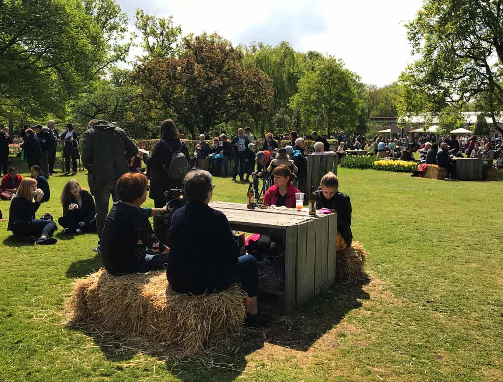 parco-keukenhof-olanda-persone-che-fanno-un-picnic
