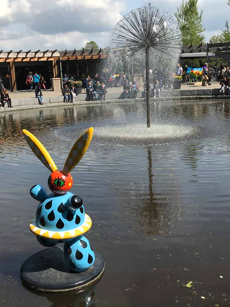 parco-keukenhof-irene-grande-fontana-con-scultura-colorata