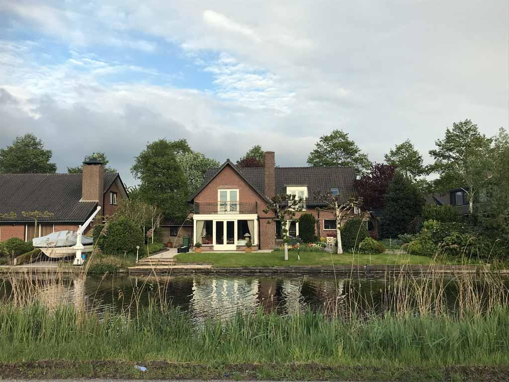 casa-con-giardino-sul-canale-nelle-campagne-attorno-a-Haarlem-in-olanda