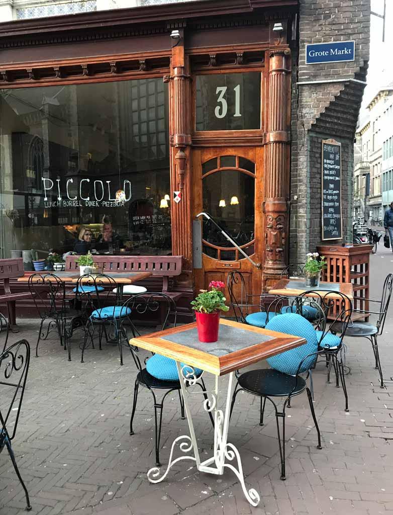 grote-markt-haarlem-tavolini-allaperto-nella-piazza-piccolo-restaurant