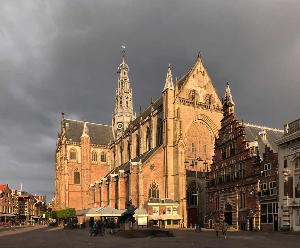 haarlem-olanda-grote-kerk-nel-grote-markt-luci-del-tramonto