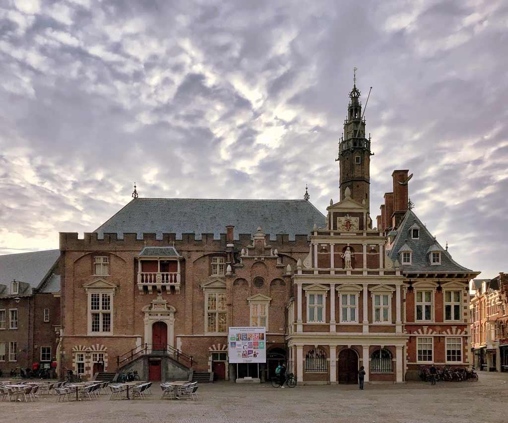 haarlem-olanda-stadhuis-in-grote-markt-cielo-al-tramonto