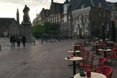 grote-markt-haarlem-tavolini-allaperto-nella-piazza-al-tramonto