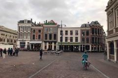 haarlem-olanda-grote-markt-donna-che-va-in-bicicletta