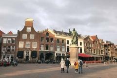 haarlem-olanda-scorcio-del-grote-markt-con-la-statua-di-laurens-coster